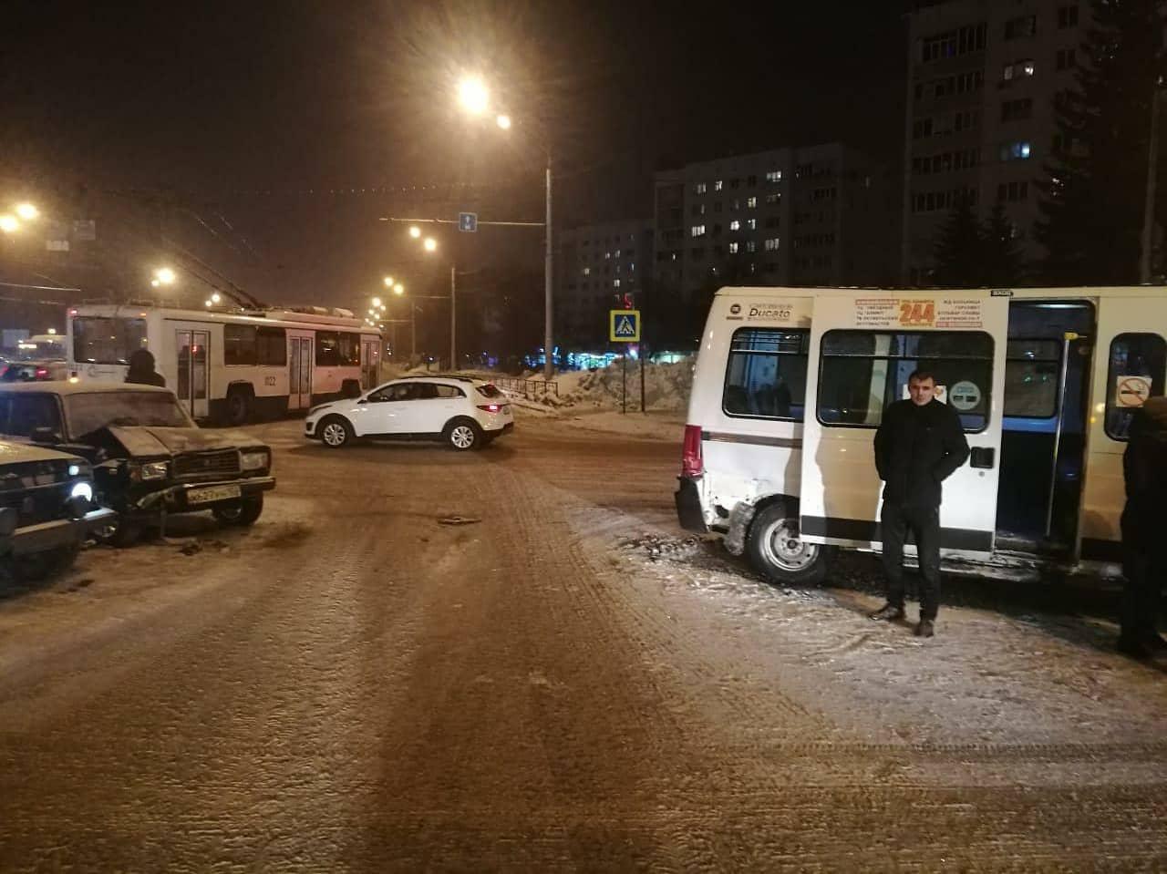 В Уфе из автобуса в больницу увезли двух пассажиров