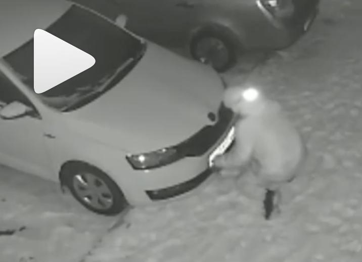 Водитель из Уфы подошел к машине и оказался в ужасе от произошедшего